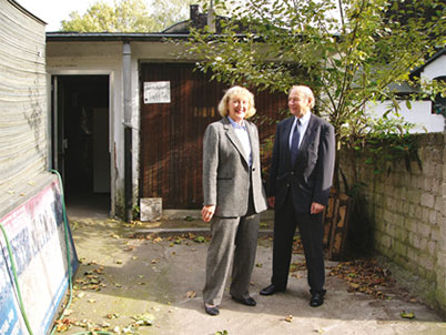 The igus® founders in front of the double garage, where everything began